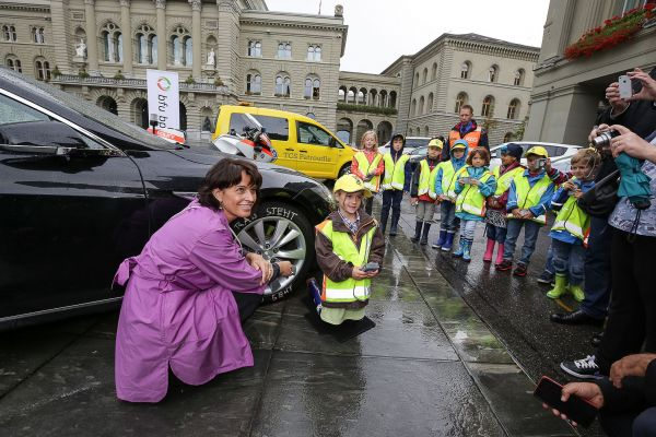 Bundesrätin Doris Leuthard als Botschafterin der Kampagne «Rad steht, Kind geht»