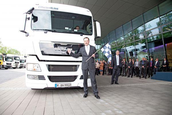 """Dr. Frank Hiller, Vorstand Marketing, Sales & Services bei MAN Truck & Bus, erteilt Startfreigabe für die """"Consistently Efficient"""" Tour 2011. (Quelle: """"obs/MAN Truck & Bus AG"""")"""