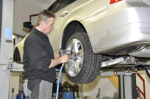 Vérifiez soigneusement les pneus d'été avant de les monter