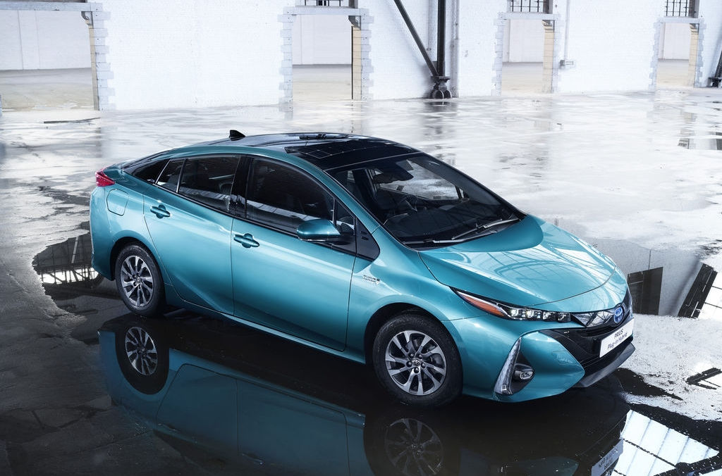 toyota prius plug in hybrid la fcv plus und c hr road. Black Bedroom Furniture Sets. Home Design Ideas